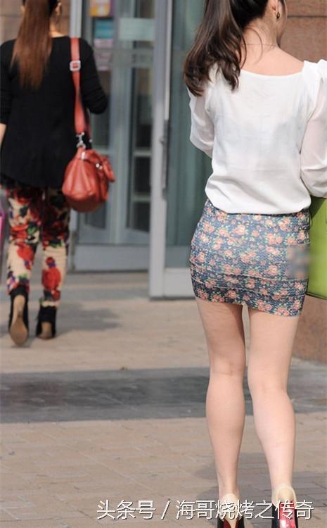 街拍女人穿短裙的蹲姿_街拍花包臀短裙長腿時尚氣質美女 - 愛經驗