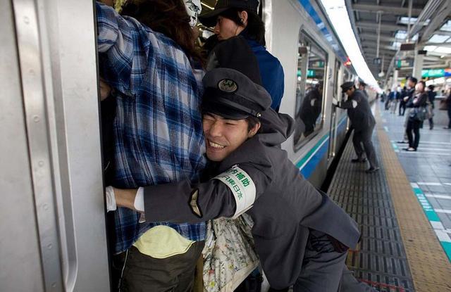 日本地铁_地铁助推员 日本地铁是世界上最拥挤的